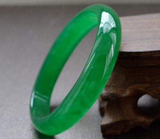 祖母绿翡翠手镯值多少钱    购买祖母绿翡翠手镯要注意什么