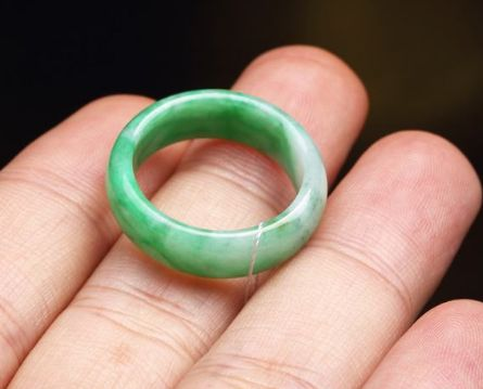 糯种翡翠戒指透明度怎样  糯种翡翠戒指价格高吗