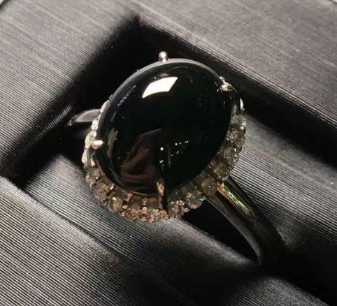 墨绿翡翠戒指适合男生戴还是女生戴   墨绿翡翠戒指市场价值高吗
