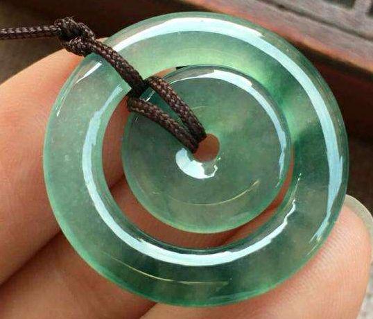 佩戴翡翠平安扣有什么好处和作用吗  翡翠平安扣寓意是什么