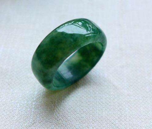 阳绿翡翠戒指现在价格是多少  阳绿翡翠戒指图片及介绍