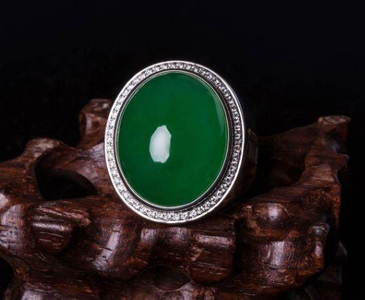 翡翠戒指有什么款式版别  挑选翡翠戒指要注意什么