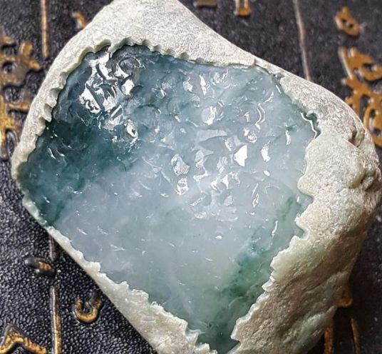 翡翠赌石图片展示及资料详解  如何判断翡翠赌石内部质量