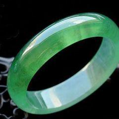 阳绿翡翠手镯鉴定及保养方法   阳绿翡翠手镯是什么种水