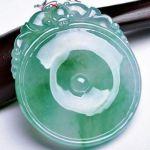 玻璃种翡翠吊坠怎么保养   玻璃种翡翠吊坠保养清洗的步骤