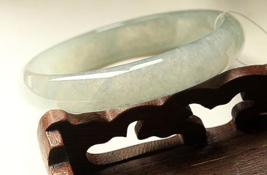 选购翡翠手镯是选择正圈镯还是圆镯     正圈镯和圆镯有什么区别