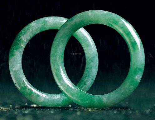 满绿翡翠手镯选购技巧  满绿翡翠手镯值钱吗