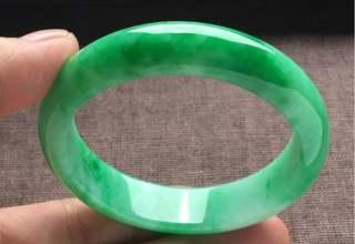 浅绿翡翠手镯一般价格  浅绿翡翠手镯选购及价值分析