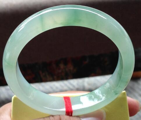 什么颜色的翡翠手镯比较有收藏价值    飘绿和紫色翡翠手镯哪个好