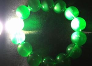 绿玛瑙在灯下怎么鉴别 绿玛瑙灯下图片