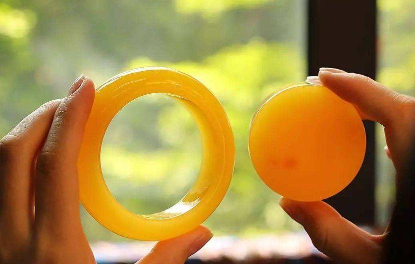 浅黄蜜蜡能变黄吗 盘了几年的蜜蜡会不会升值