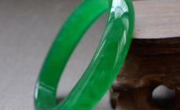 果绿翡翠手镯 果绿翡翠手镯值钱吗