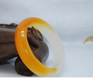黄翡翠手镯的价格和图片 黄翡翠手镯现在什么价