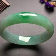 阳绿翡翠手镯价格 阳绿翡翠手镯现在什么价格