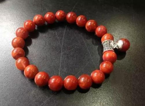 南红和石榴石哪个对女性更好 南红和石榴石功效