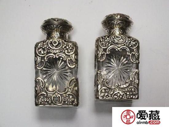 1890年制镂空雕花银壳香水瓶一对