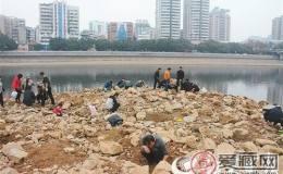 冒险!韶城多名市民为淘古钱币下河床