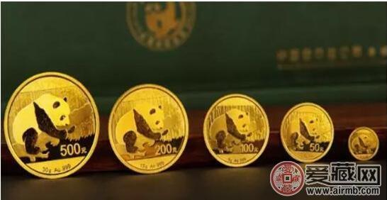 """占有重要地位,自1982年首枚熊猫金币发行至今,35年来在国内外拥有了大批""""猫迷""""。而且每到项目发行5年(整倍)就会发行周年庆项目,至今发行的6个项目从品种设计都是各有特色。中国人民银行即将于2017年6月发行的中国熊猫金币发行35周年金银纪念币还包括了精制双金属纪念币,虽然这不是该系列中第一次出现双金属币,但这套币的图案到底是以往年发行的熊猫形象集大成还是重新设计新形象,也成为2017年发行计划的一大看点。九藏天下小编了解到,今年发行的这套熊猫金币发行35周年金银纪念币中的5克金"""