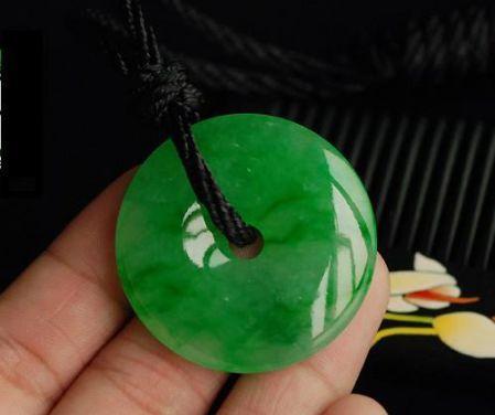 绿玉髓与绿色翡翠的区别是什么 你分清楚了吗