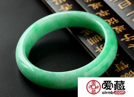 满绿的翡翠手镯价格的影响因素有哪些