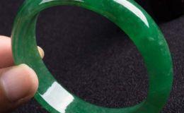滿綠糯種翡翠手鐲的價格貴嗎 它值不值得購買