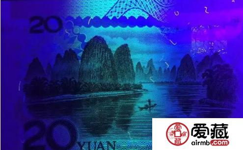 第五套人民币无色荧光纤维 面额数字在紫外光的照射下显什么颜色