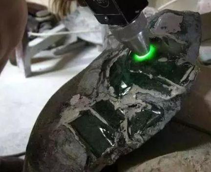 翡翠手镯是怎样加工形成的 翡翠镯子加工过程