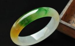 黄加绿翡翠手镯价格多少 值不值钱