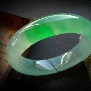 白底绿翡翠手镯价格多少及图片