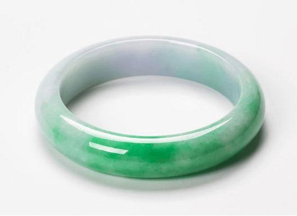 白底绿翡翠手镯透吗 白底绿翡翠手镯