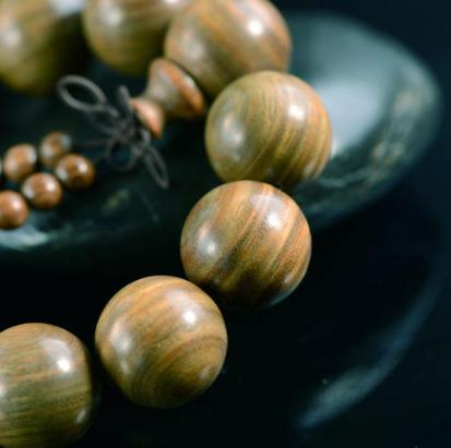 绿檀木手串有什么好处,绿檀木手串的功效与作用