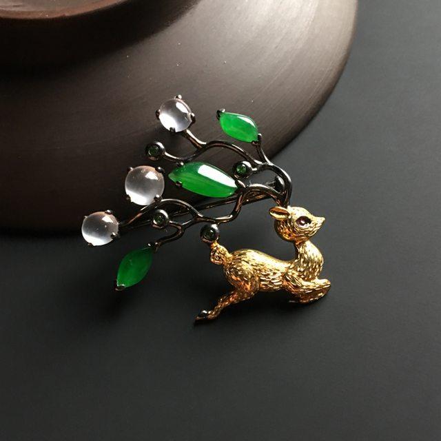 三彩梅花鹿翡翠胸针 整体尺寸30-34-6毫米