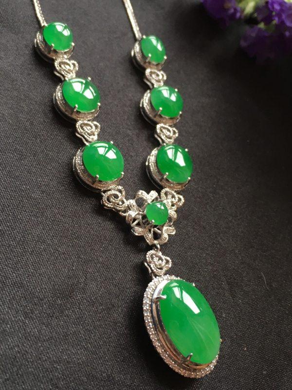 满绿蛋面翡翠项链 款式精美