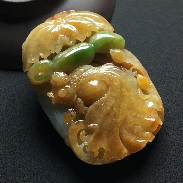 巧雕黄加绿 连年有余翡翠吊坠 尺寸:62-42-13.8毫米