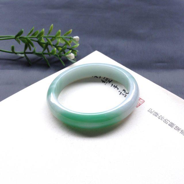糯种阳绿翡翠手镯