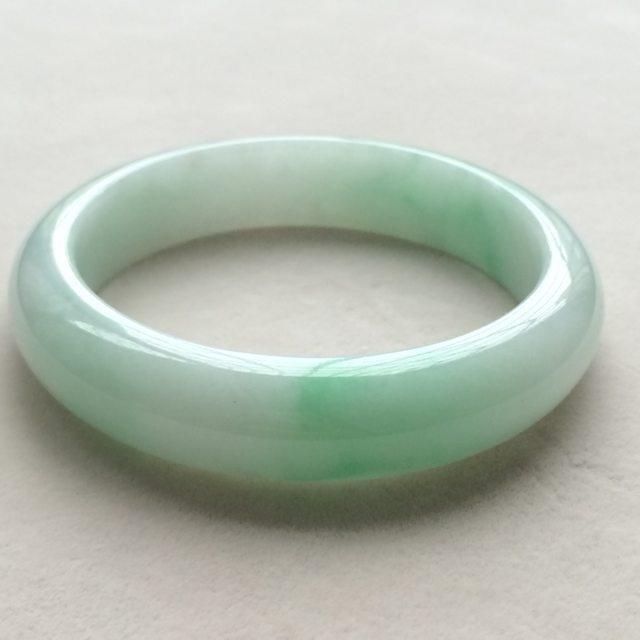 飘绿天然翡翠正圈手镯 尺寸:55.4*13.4*8.1mm