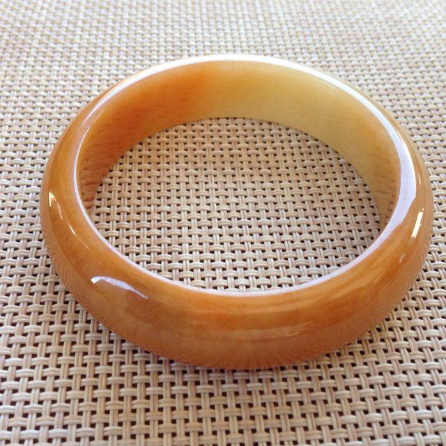 细润黄翡天然翡翠正圈手镯 尺寸:57x15.2x7.9mm重量:67.8g