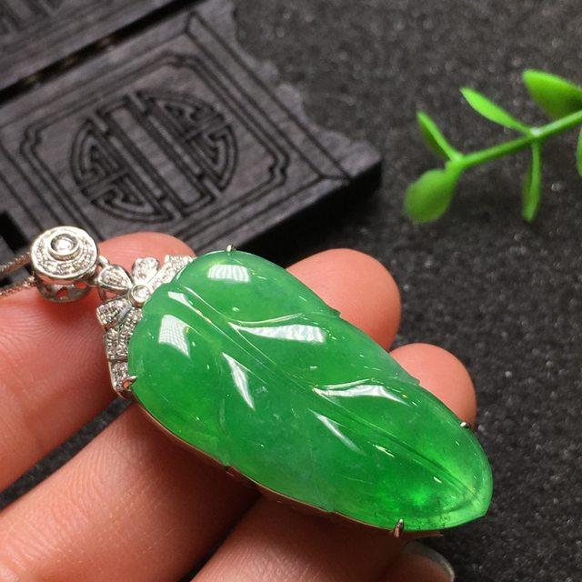 阳绿叶子 翡翠挂件 尺寸46.5*16.5*10.2