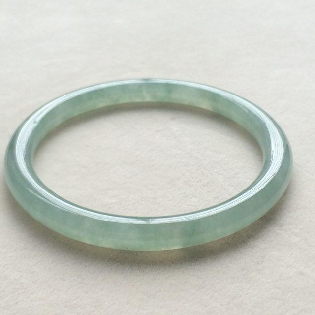 冰润底色翡翠手镯  缅甸天然翡翠圆条手镯  尺寸:52.6*6.3*6.3mm