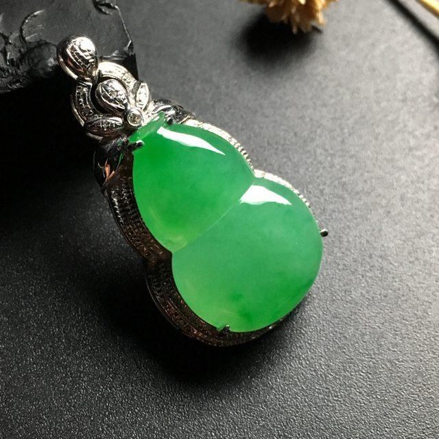 冰种阳绿 葫芦翡翠吊坠 白金镶嵌 尺寸30-18-8毫米
