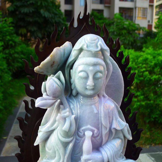缅甸天然翡翠A货 精美春带彩 观音菩萨摆件图2