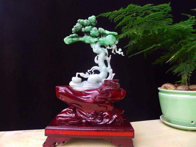 糯冰辣绿发财树翡翠精雕摆件