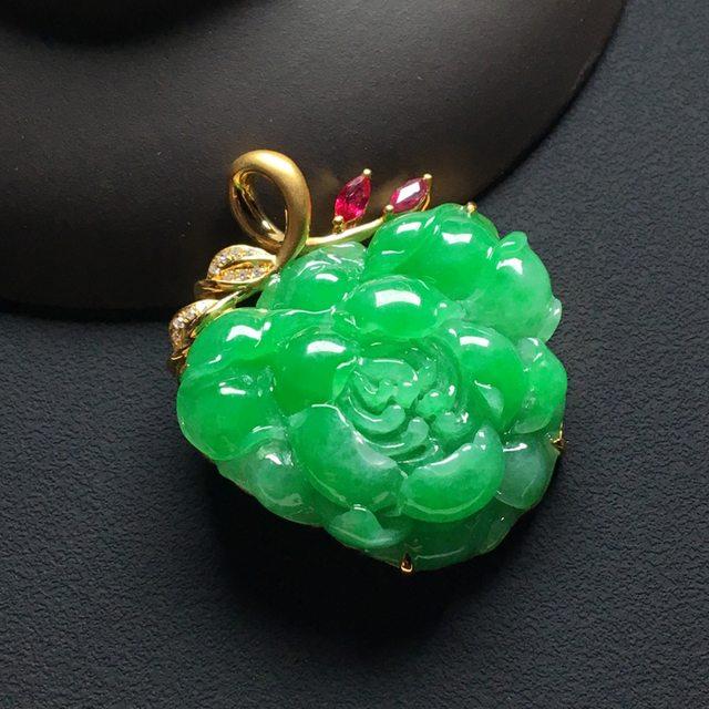 巧雕阳绿花开富贵 翡翠吊坠 整体尺寸:33-28-9毫米