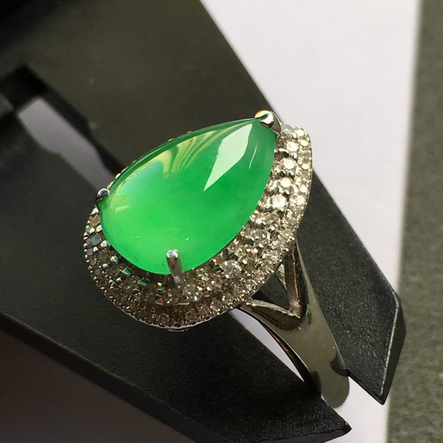冰阳绿 翡翠水滴戒指 18k金镶嵌钻石
