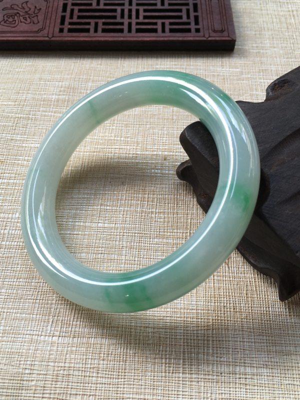 翡翠A货糯种飘绿手镯  56.5圆条手镯
