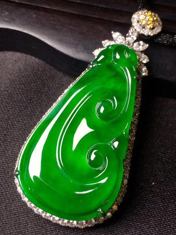 冰种辣绿色的如意吊坠冰润通透