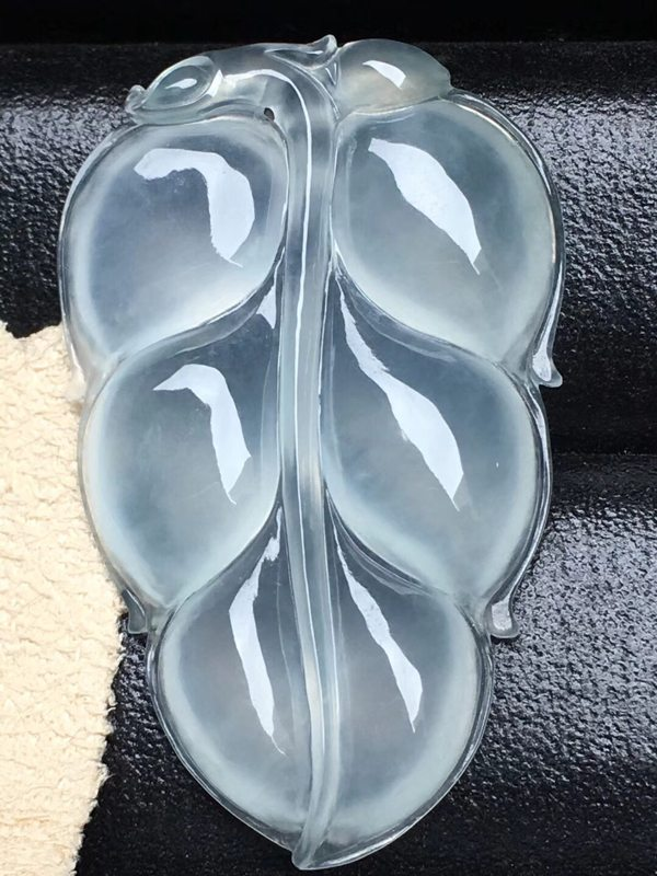 高冰事业有成 翡翠挂件 白雅纯净 体形饱满