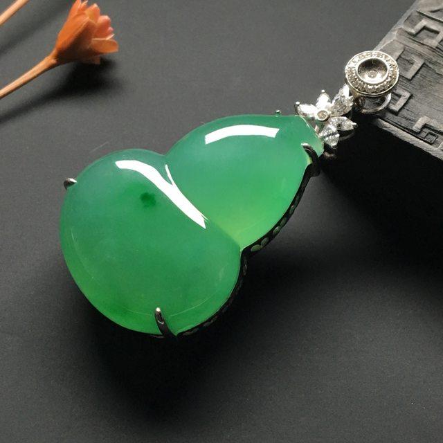 冰种阳绿 葫芦翡翠吊坠 18k金*钻石镶嵌 整体尺寸:47-24-13.5*裸石34-24-9.5毫米