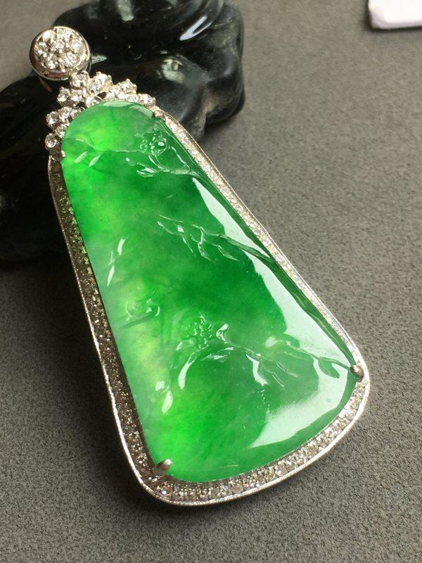 冰种阳绿山水牌翡翠吊坠 18K金镶嵌钻石