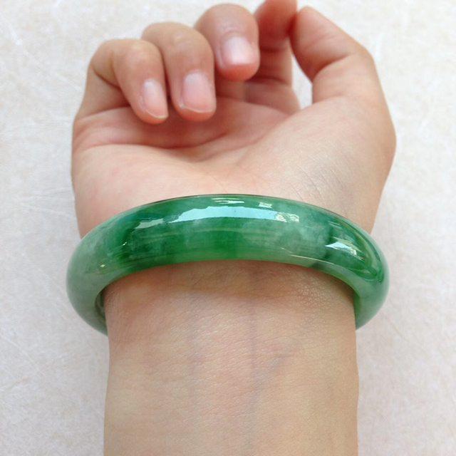 水润飘阳绿翡翠贵妃手镯 尺寸:55.5*12.4*7.2/44.8图3